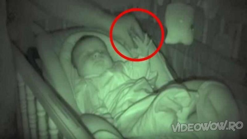 O mămică se pregătea să îşi bage bebeluşul la SOMN, dar când aceasta încearcă să îl învelească cu păturica nu i-a venit să creadă ce observă că face copilaşul cu mâinile lui... Absolut şocant de amuzant!