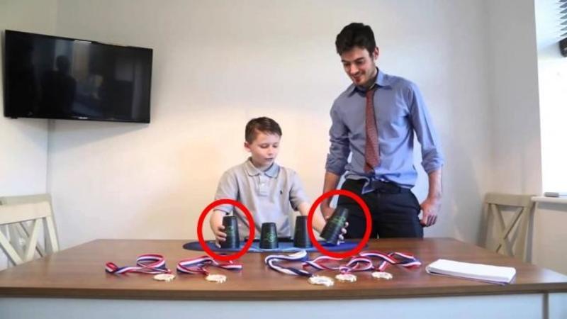 Ii pune pe masă acestui copilaş câteva PAHARE, dar ce se întâmplă când acesta pune mâna pe ele... este pur şi simplu FANTASTIC, vei rămâne cu gura căscată!
