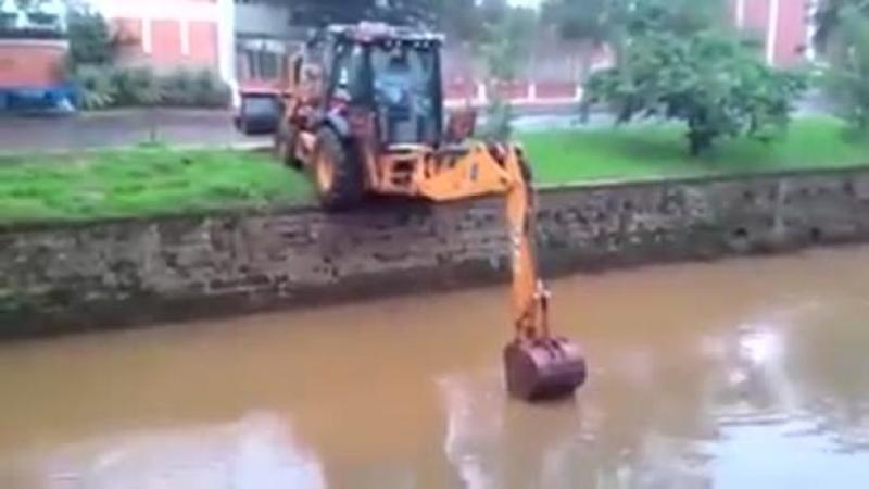 Când am văzut că se apropie cu buldo-excavatorul de MARGINEA râului nu mi-a venit să cred, dar în ce se transformă această greşeală... Fenomenal! Abilităţile sale sunt de aplaudat