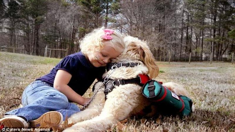 Respiră şi trăieşte datorită acestui CAINE care este nedespărţit de ea: Când ai să vezi cum viaţa ei depinde de acest înger păzitor nu îţi va vine să crezi! Legătura lor este una emoţionantă... M-a lăsat fără cuvinte