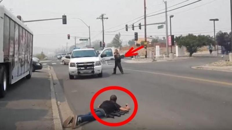 Un NEGRU şi un ALB au mers în plină zi pe stradă cu un Kalashnikov la braţ... ce reacţie uluitoare a avut poliţia la vederea lor este de neînchipuit ( Iată ce înseamnă să fi o persoană de culoare neagră în America )