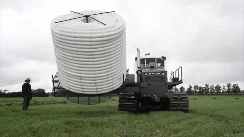 Este cea mai BIZARA maşinărie pe care o să o vezi pe un câmp şi nu seamănă cu nimic din ce ai văzut până acum, dar când ai să vezi ce face această minunăţie a tehnologiei... PFFF, m-ai că m-a hipnotizat pe loc!