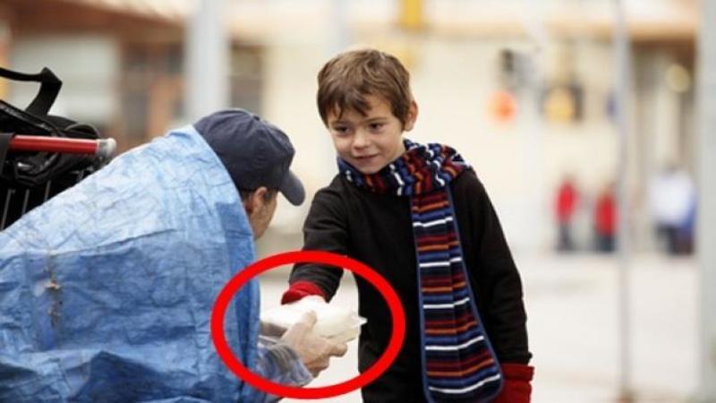 Acest b?ie?el îi întinde un PACHET de mâncare unui om nevoia? care locuia pe str?zi... ce surprind camerele dup? gestul s?u extraordinar î?i va TOPI inima!