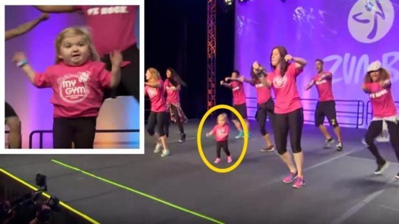 Aceasta micuţă urcă pe scenă alături de dansatori şi începe să danseze lângă ei, dar nici nu trece o secundă că imediat fură INIMA tuturor celor prezenţi... e cu adevărat o scumpă! Uite ce mişcări spectaculoase are în ea