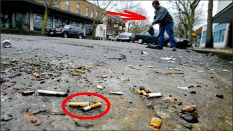 Acest om strânge în fiecare zi MUCURILE de ţigare de pe stradă: Când ai să vezi ce face cu ele şi cum le foloseşte vei rămâne mut de admiraţie şi uimire! O idee de milioane