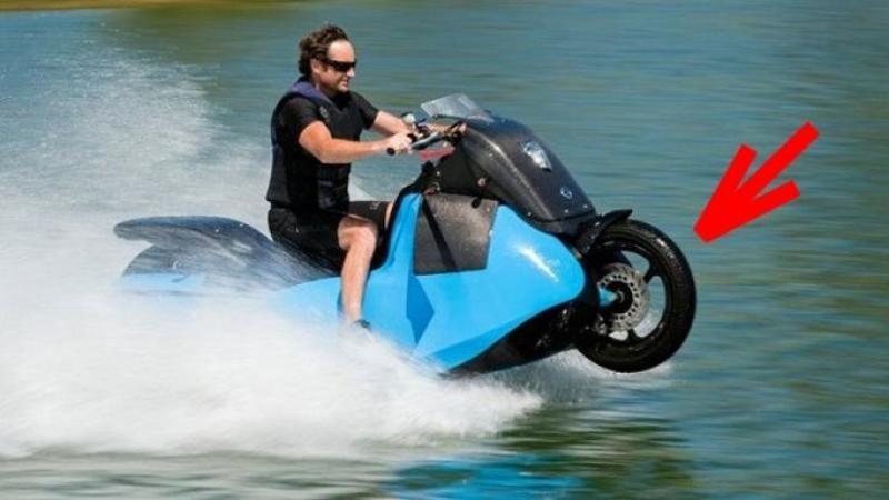 Pare un banal şi simplu Jet-Ski la prima vedere, dar în realitate este MOTOCICLETA ta din garaj! Este chiar prima motocicletă care poate merge pe apă prin simpla apăsare a unui buton