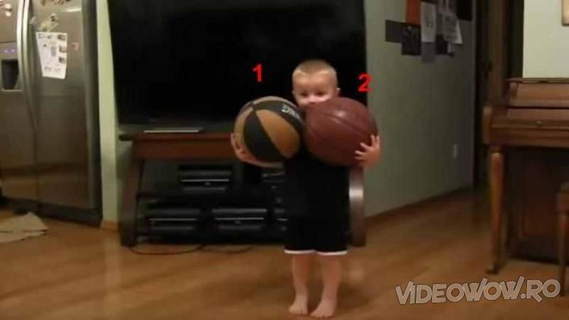 Când am văzut ce ţine micuţul în braţe nu am fost deloc surprins... dar după ce am văzut ce face cu MINGILE de basket... WOW, talentul lui m-a lăsat cu gura căscată! Va fi un adevărat sportiv talentat