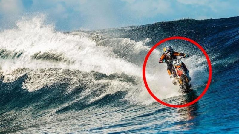 Nu ai să crezi ce caută o motocicletă pe VALURI: Dar cu invenţia asta acum este posibil... pur şi simplu FANTASTIC!