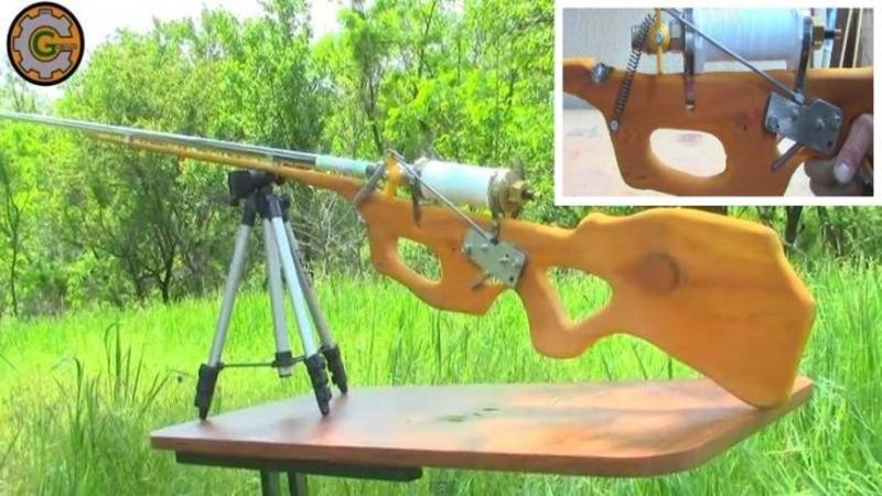 Nu trebuie să fi un inginer ca să construieşti o ARMA letală din obiecte banale: Iată ce puşcă cu aer comprimat a ?fabricat? acest băiat din simple obiecte pe care le găseşti la magazinul de la colţ