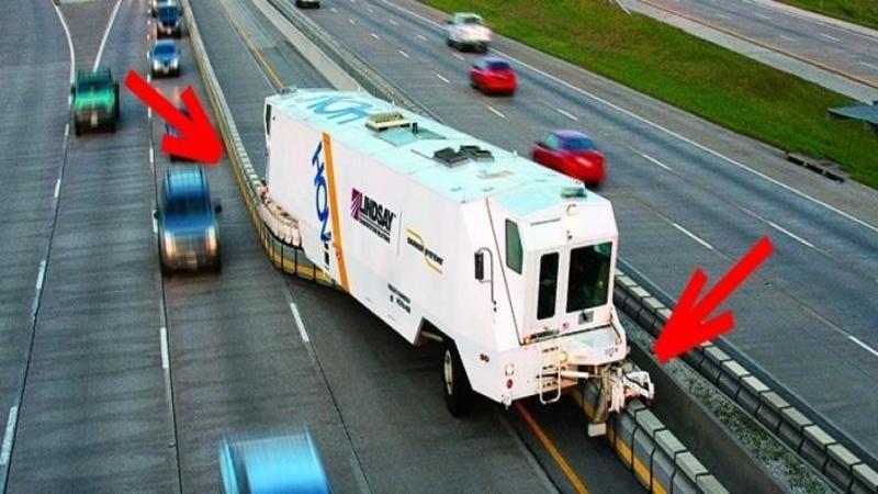 Pare o maşină de GUNOI care mătură autostrada, dar vei avea parte de o mare surpriză când ai să vezi ce face în realitate această maşinărie neobişnuită... te va lăsa cu gura căscată!