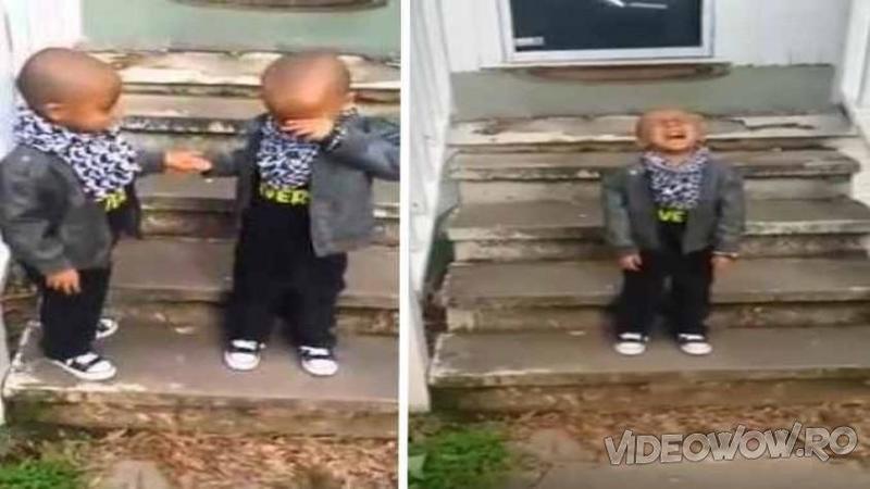 Copilaşul din stânga refuză să îşi ţină frăţiorul de mână în timp ce coboară scările, dar fi atent la reacţia fratelui său... AWWWW ce scump mic!