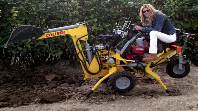 Un italian a creat cel mai mic EXCAVATOR din lume: Ceea ce pare o simplă jucărie este defapt un adevărat MONSTRULET al grădinii: Iatăl cât este de EFICIENT