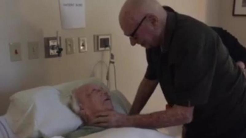 Este ultima dată când se mai văd înainte să moară, iar dorinţa soţiei a fost să îi cânte MELODIA ei preferată cu care s-au cunoscut! Iată după 71 de ani de căsătorie ce înseamnă iubirea şi respectul faţă de cel cu care ţi-ai împărţit viaţa... Emoţionant