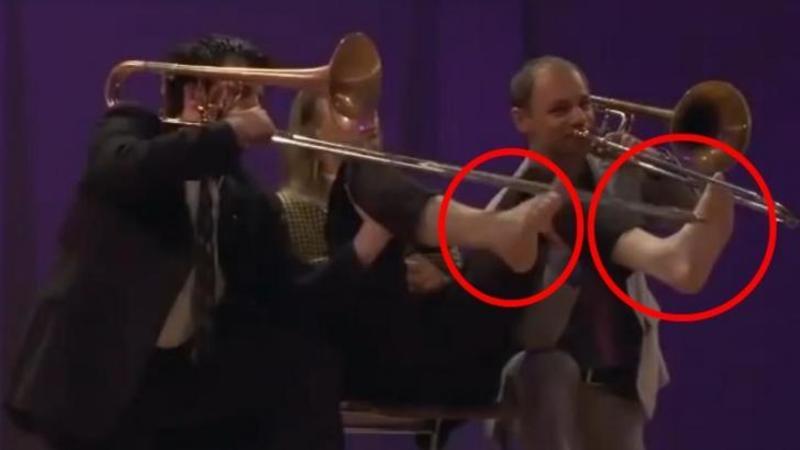A urcat pe scenă în picioarele GOALE şi a ieşit în ropote de aplauze! Un concert ieşit din comun al cărui deznodământ te va lăsa cu gura căscată... BESTIAL