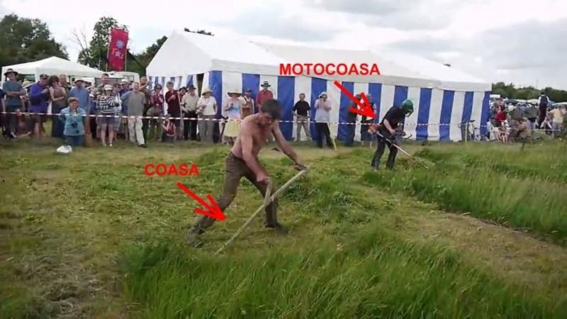 Concurs inedit de tăiat IARBA: O coasă normală contra unei motocoase! Oare cine va ieşi câştigător?