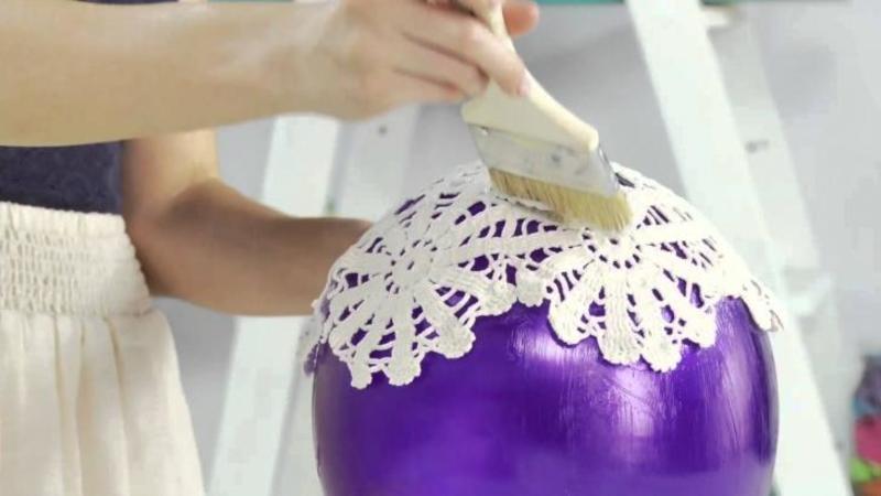 Pune MILEURILE bunici vechi pe un balon umflat şi le dă cu ARACET: Ce iese în momentul în care sparge balonul... nu mi-a venit să cred! O lustră FANTASTICA perfectă pentru orice cameră!