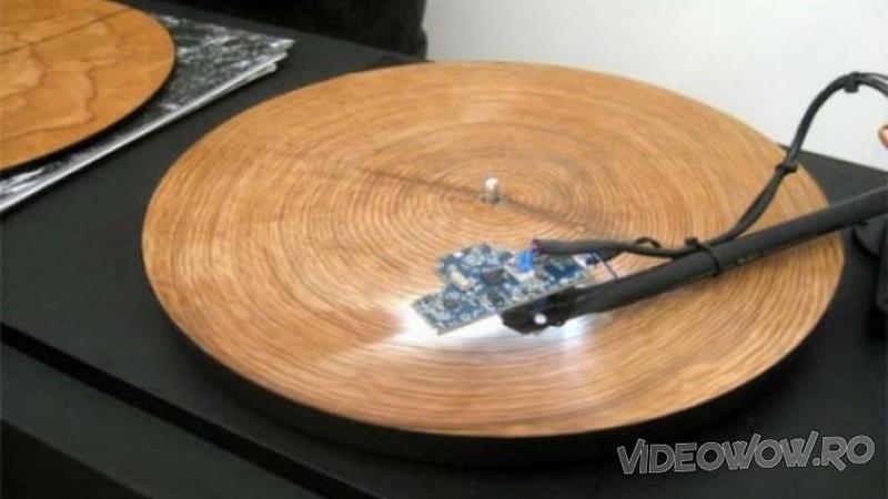 Pune un disc din LEMN la pickup şi îl conectează la curent: Ce muzică produce strania bucată de lemn circular... WOW, nu îţi va vine să crezi urechilor! Absolut încântătoare