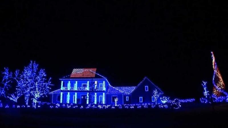 Casa lui pare una normală pe timpul zilei, dar când întunericul rece se lasă peste ea... Nu ai să crezi în ce se transformă! Mii de luminiţe de Crăciun invadează fiecare centimetru din ea - Frumuseţea lor îţi vor face deliciu negreşit