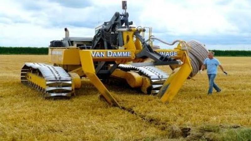 SPECTACULOS! Se numeşte Van Damme şi este maşinăria care irigă terenurile infertile! O adevărată capodoperă tehnologică