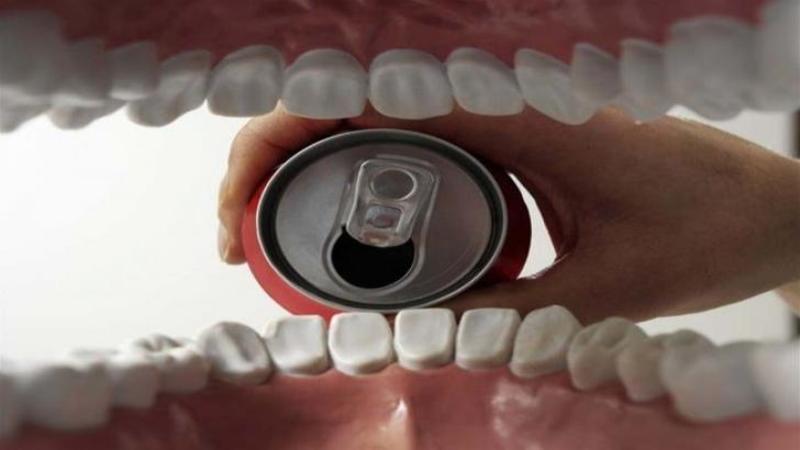 Bei Coca-Cola? Atunci uite ce se întâmplă cu dinţii tăi când faci asta - Ingrozitor! Nu pot să cred cât de nocivă este
