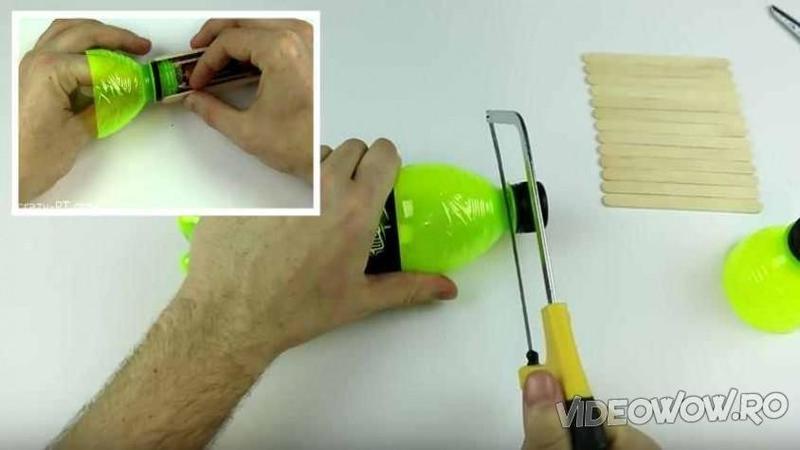 Taie o STICLA de suc din plastic şi crează un obiect care nu trebuie să îţi lipsească din casa ta! Iată cum te va ajuta să îţi luminezi calea ori de câte ori ai nevoie... Genial!