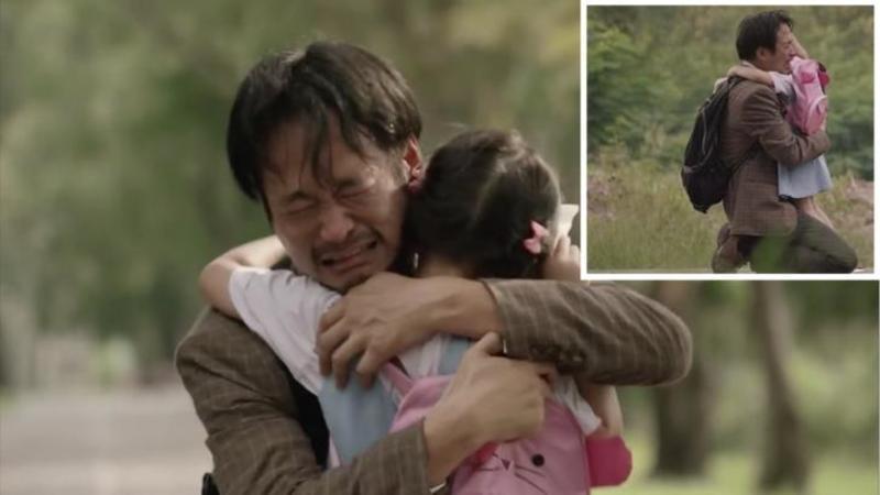 Acest tată decide să îşi MINTA cu neruşinare fiica în fiecare zi: Motivul pentru care face acest lucru... te va face să plângi de emoţie! Nimic nu te va pregăti pentru decizia lui...