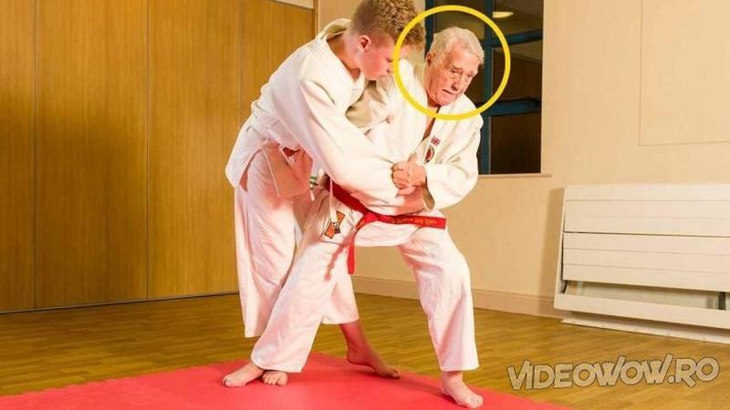 Are 92 de ani şi la vârsta lui nimic nu îi stă în cale atunci când vine vorba de JUDO! Iată ce face acest instructor bătrân atunci când intră în RING... m-a lăsat mască!
