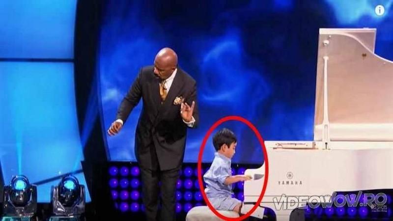 Se aşează lângă micuţul de doar 5 anişori care se pregătea să cânte la pian şi cu un gest de dirijor îi dă startul la partitură: Ce s-a întâmplat cu sala plină de oameni... WOW, am rămas complet pierdut