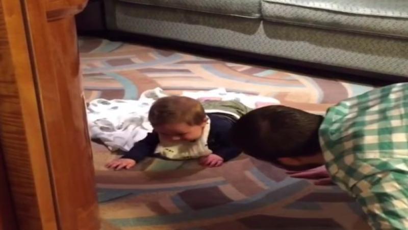Tăticul se aşează pe COVOR cu micuţul lui copilaş: Ce se întâmplă când acesta îl sperie... nu m-am mai putut opri din râs - Mi-a făcut ziua mai senină fericirea lui