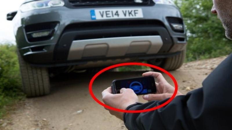 Nu ai să crezi ce face acest om cu TELEFONUL lui: Pare că se joacă un joc, dar în realitate îşi conduce maşina cu ajutorul telefonului... ULUITOR