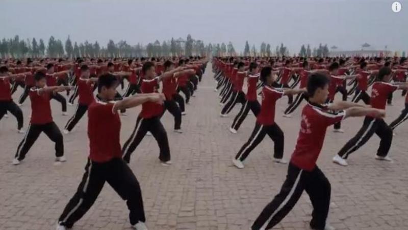 Este cea mai mare şcoală din lume de ARTE MARTIALE, unde peste 36.000 de mii de copii sunt învăţaţi de către călugării Shaolini ce înseamnă disciplina şi sportul! Iar după ce ai să vezi acest video nu cred că ai vrea să intri pe mână acestor micuţi... WOW
